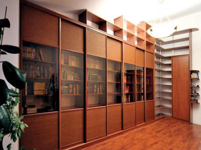 Книжный шкаф со стеклянными дверцами преимущество фото.